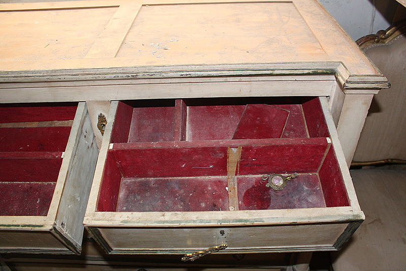 Los cajones estaban forrados con retales de terciopelo rojo. Habían acumulado mucho polvo y el adhesivo que emplearon para pegarlo estaba degradado