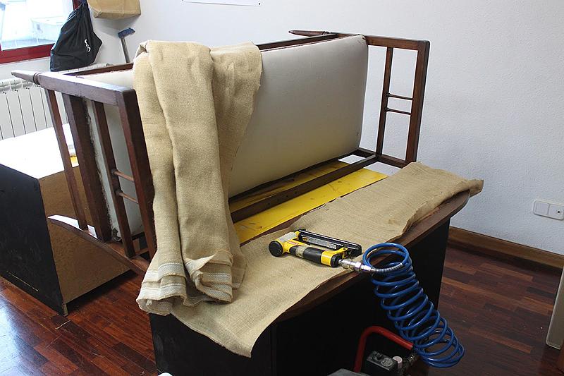 El siguiente paso fue tapizar: la trasera del respaldo con una arpillera rústica