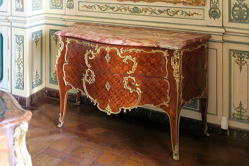 Cómoda bombé. 1748. Palacio de Versalles. Apartamento del Delfín
