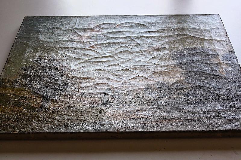 Detalle de la obra vista con luz rasante. Los craquelados se extienden a lo largo de todo el cuadro