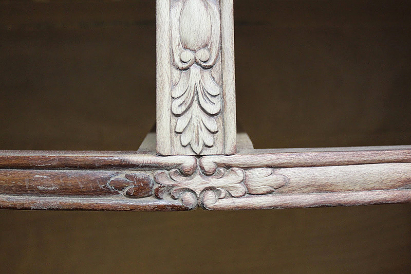 La madera del mueble se limpió y aclaró para dar como resultado un acabado de madera natural