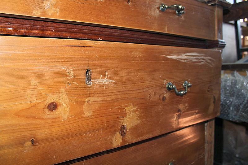 El barniz era coloreado y estaba dañado. Se eliminó dejando ver  el veteado de la madera