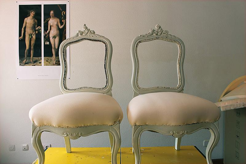 El acabado de las sillas fue un blanco desgastado muy vintage