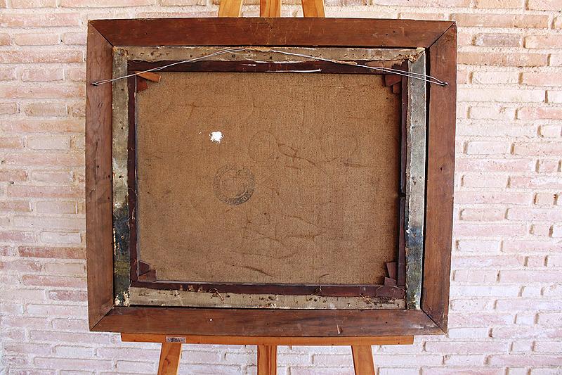 Al observar el reverso de la obra descubrimos que el cuadro no fue pintado sobre su actual bastidor pues la pintura continúa en los bordes del lienzo