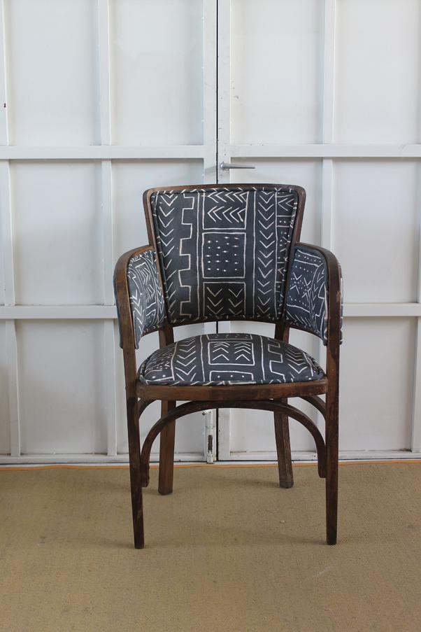 Dominique silla modernista tapizada en mudcloth - Silla mariposa ...