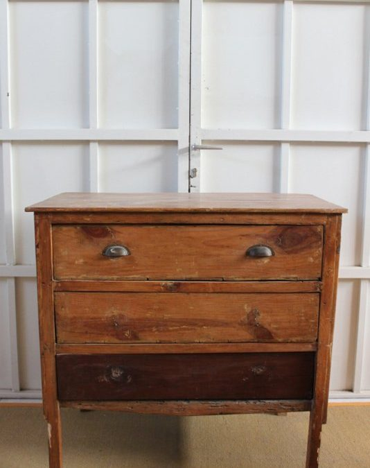 Una cómoda mint hecha con cajas de madera. La combinación perfecta.