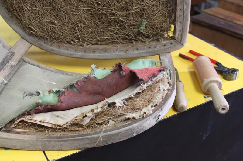 Muchas veces al trabajar con piezas tan antiguas, al eliminar el tejido dañado aparece la tapicería original. Todo un hayazgo