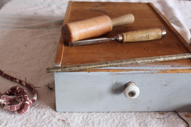El cajón conservaba el pomo de cerámica original. Tenía una rotura en la parte inferior que hubo que reparar