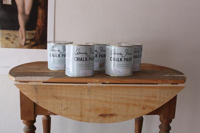 Suelo usar Chalk Paint de Annie Sloan en mis trabajos porque su acabado es aterciopelado y denso. la aplico con una brocha gorda de cerdas duras para crear texturas interesantes