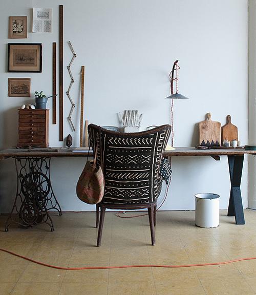 Os quería enseñar por último esta imagen inspiradora. Ariele Alasko eligió un tejido mudcloth para tapizar una antigua butaca de su taller en Brooklin. Es una de las artesanas más influyentes, con un estilazo increíble.