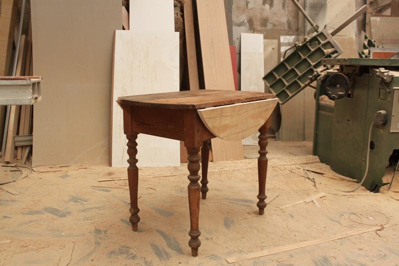 la mesa conservaba el mecanismo de tirantes de madera, pero había perdido sus alas. Se le devolvieron para que luciera como en su estado original