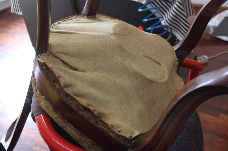El primer paso en su restauración fue retirar el antiguo tapizado. La estructura de muelles se había desplomado y no sujetaba el asiento