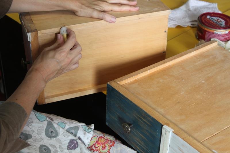 Una manera muy sencilla de ayudar a que unos cajones de madera rueden bien por sus guías es frotar en su base parafina pura o cera de vela
