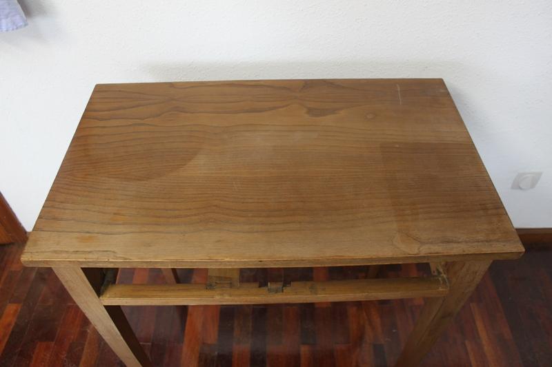 Las radiaciones de la luz solar degradan los barnices y dejaron muchas marcas en la superficie de la madera