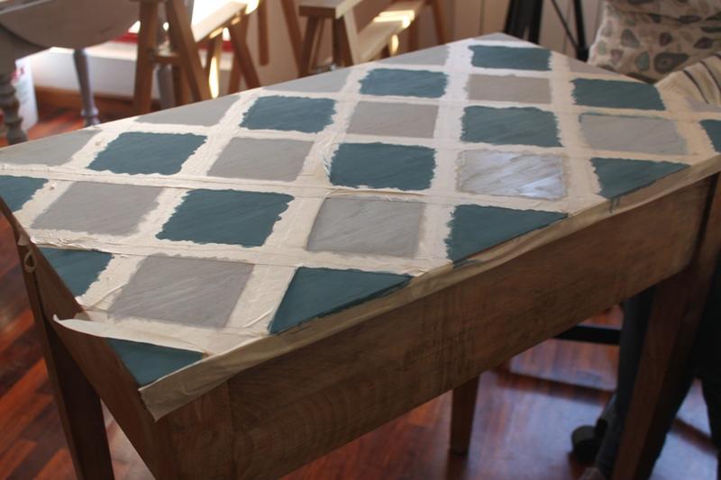 Los tonos que María José eligió eran azules y grises, que combinarían perfectamente con la madera natural del resto de la mesa.