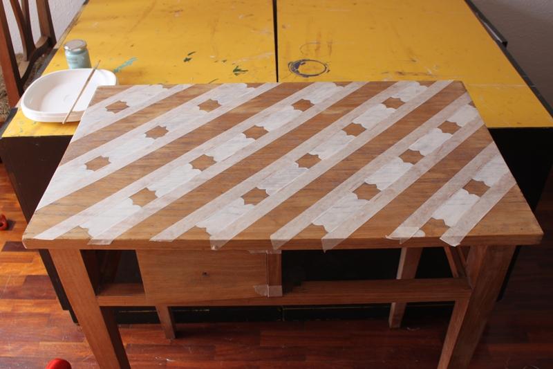 El objetivo de este trabajo era pintar el sobre del mueble con un diseño. Para elegir el que mejor le quedaba nos dejamos guiar por las formas de la propia pieza. Comienza el cambio!