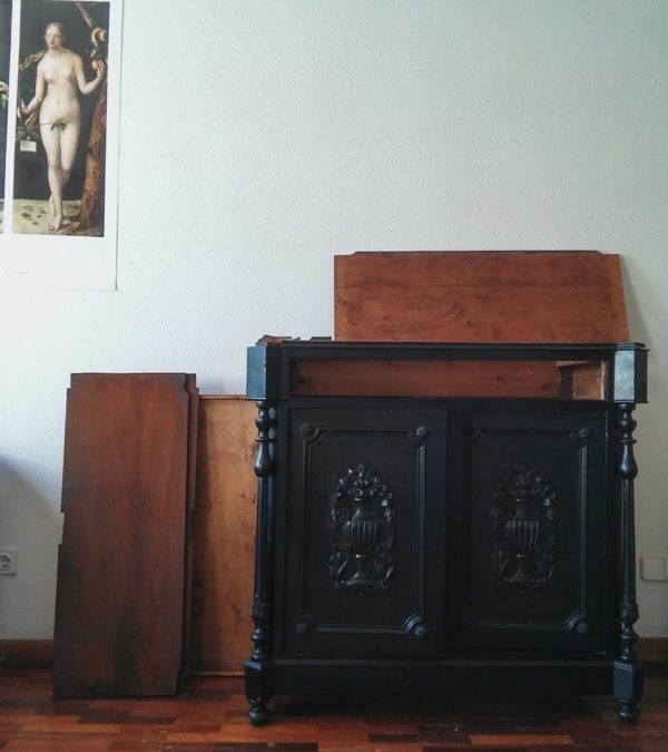 Un mueble de luto vuelve a la vida: Transformación de un entredós del XIX